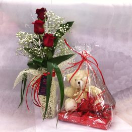 Jarrón 3 rosas, peluche y bombones