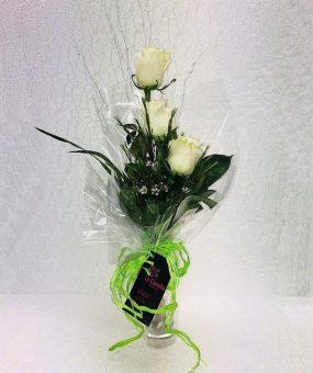Jarrón con Tres Rosas Blancas